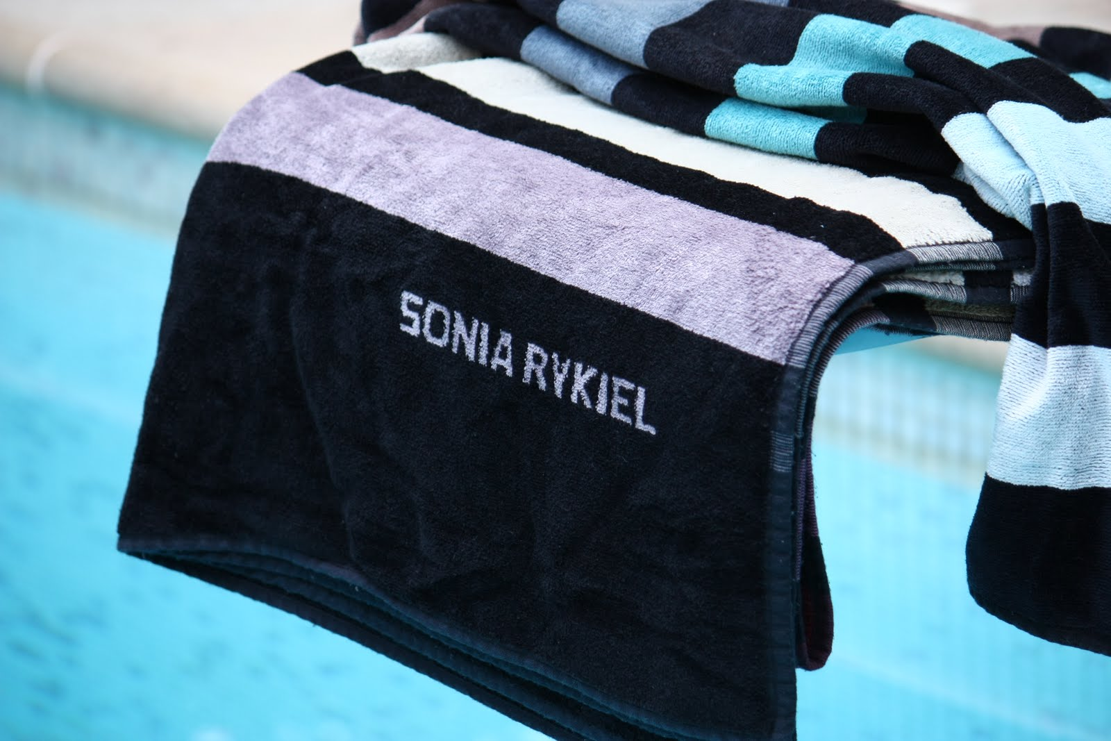 un nouveau regard serviette de bain sonia rykiel. Black Bedroom Furniture Sets. Home Design Ideas