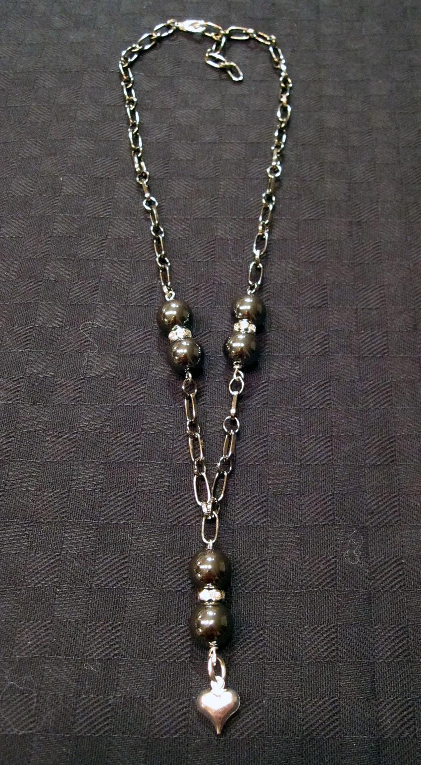 Kort halsband med mörkgrå kedja och hematitpärlor och så lite bling bling  så klart. 157f1ce587ea8