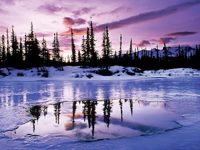 Winter achtergrond met half bevroren meer