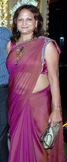 aunties in low hip saree