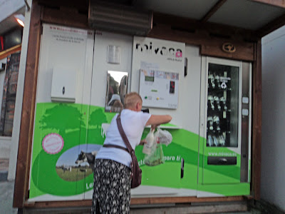 Beber leche de vaca recien ordeñada en Madrid