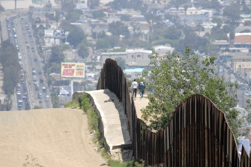 us mexico border fence - Trump propuso impuesto a bienes mexicanos para pagar el muro