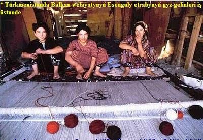 Türkmenistanda Balkan welaýatynyň Esenguly etrabynyň gyz-gelinleri iş üstunde.