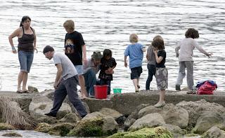 The Edge, Angelina Jolie y Brad Pitt en la playa con sus hijos