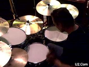 Larry Mullen Jr. a la bateria en Hanover Quay