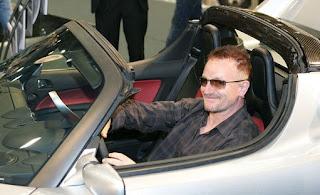 Bono en Monaco en un coche de lujo