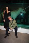 bono y Ali junto al caballo en formol de Damien Hirst