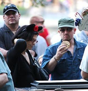 Bono, Ali y sus hijos Elijah y John en Disneyland 3