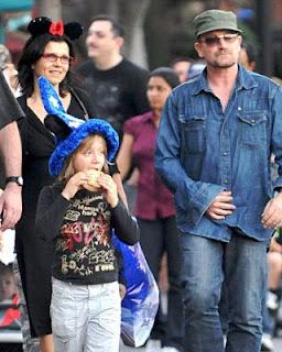 Bono, Ali y sus hijos Elijah y John en Disneyland 1