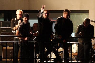 U2 toca en la azotea de la BBC en Londres 7