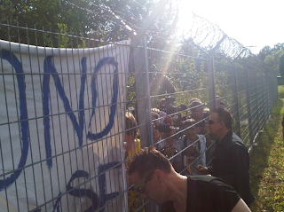 Bono y Larry firmando autografos