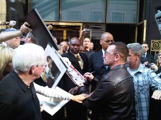 Bono firmando autografos