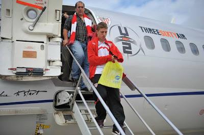 El Athletic club de futbol viajando a Bremen en el avion de u2 360 tour