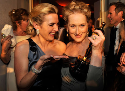 Meryl Streep y Kate Winslet bromean en la entrada al salón donde se celebraba la cena de los Gobernadores