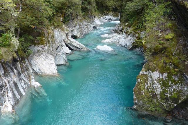 El color azul turquesa invade el río