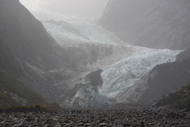 Comparadas con el glaciar, las personas parecen diminutas hormigas