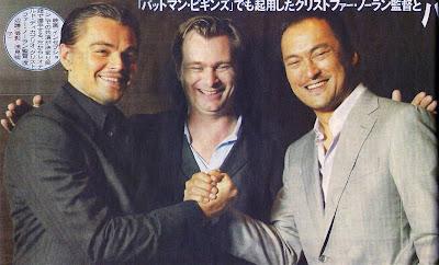 Imagen en el inicio del rodaje de Inception con Leo DiCaprio, Chris Nolan y Ken Watanabe respectivamente.