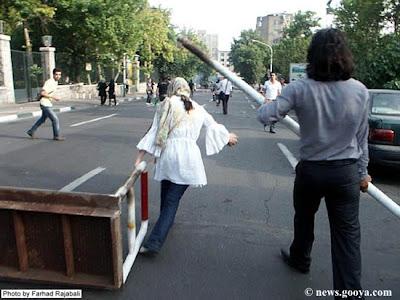 Barricate. Una foto degli scontri di sabato 20 giugno dal blog di Saeed Valadbaygi