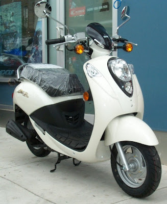 philadelphia scooters sym mio 50 review packed full of features. Black Bedroom Furniture Sets. Home Design Ideas