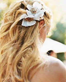 flores no cabelo