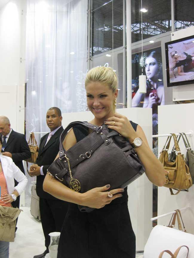 Ana Hickmann lança sua nova coleção de bolsas na Couromoda 2011 4a31422b79