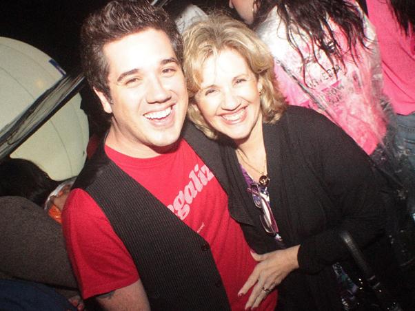 Rogério Flausino e a mãe Dacha no evento d40b8184f3f84