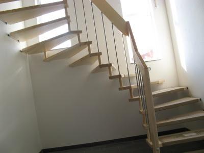 Keine Bautreppe Mehr Jetzt Haben Wir Eine Richtige Treppe Holztreppe Bei Der Stufen An Wand Befestigt Werden Handlauf Ebenso Ahorn