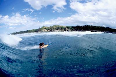 foto de um surfista pegando onda em barbados