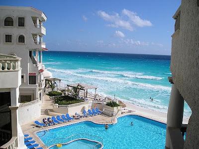 Hotel com piscina próximo ao mar