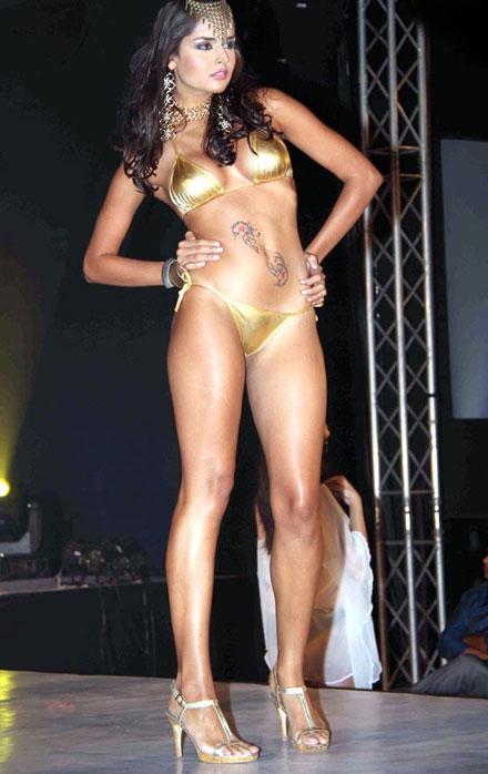 Fashionewallpaperblogspotcom Hot Bikini Babes Walks On -1076