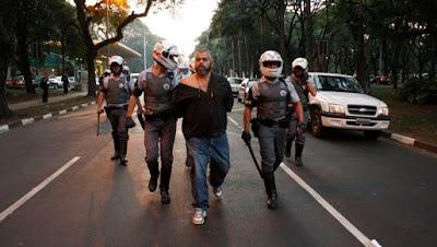 Um dos princípais líderes da guerrilha capturado pelas forças de segurança sendo levado para interrogatório.