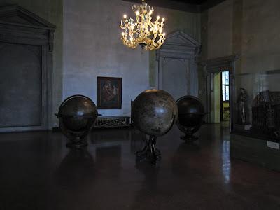 Le musée Correr, Piazza San Marco à Venise, trois globes (encore) et un lustre.