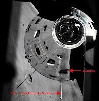 مركبة أبوللو - لاحظ موقع النافذة التي تم منها التصوير والذراع المتدلي بقربها