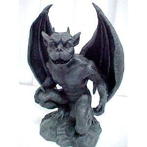 منحوتة مشابهة تجسد الصورة التقليدية للشيطان بجناح الخفاش وذيل الشوكة والقرنين