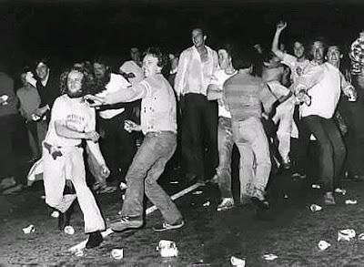 http://2.bp.blogspot.com/_VFm_LfJukBI/SkWffONePtI/AAAAAAAAAyo/8BrRqBQBpKc/s400/Stonewall+rioting.jpg