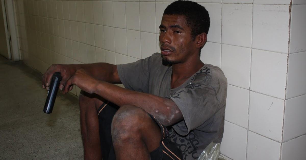 Homens são presos com arma escondida em mochila