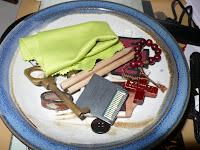 images pieuses et rosaires à côté des jeux laissés par les enfants