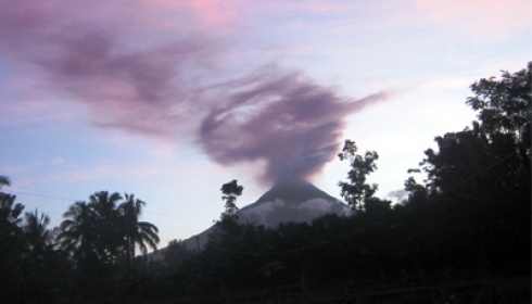 awan berbentuk petruk di atas gunung merapi