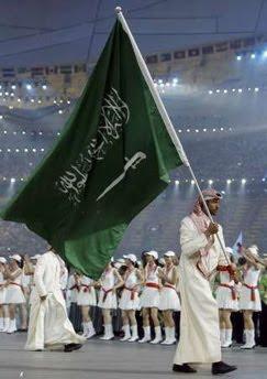 """A bandeira da Arábia Saudia sendo levada pela delegação árabe, nas últimas olimpíadas. Sua inscrição significa: """"Somente Alá é Deus e Maomé o seu Profeta""""."""