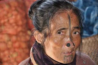 [Image: Suku+Wanita+Tidak+Mempunyai+Lubang+Hidung+5.jpg]