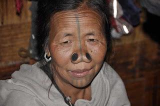 [Image: Suku+Wanita+Tidak+Mempunyai+Lubang+Hidung+4.jpg]