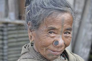 [Image: Suku+Wanita+Tidak+Mempunyai+Lubang+Hidung+1.jpg]