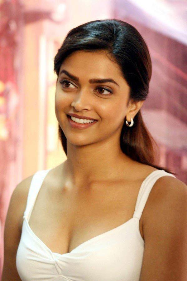 Deepika Padukone Hot Cleavage Show - Saree Sexy Pictures