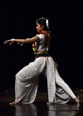Posted by Ripple (VJ) : Dance Performance by Sri lankan folk dancers @ Kamani, Delhi : This dance was very similar to some of Indian Classical dances.