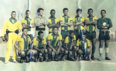 13e67c3385 Seleção de Vitória da Conquista 1962  de Pé  Matias - Diva - Ailton - Nêgo  - Wesley - Tolica - Wilson e Detinho. Agachados  Dilson - Zinho - Milton  Chefe ...