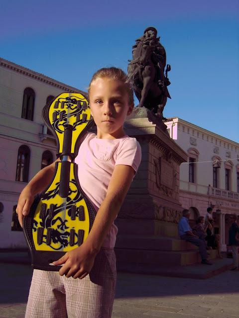 Irene con il suo The Wave giallo (street surf)