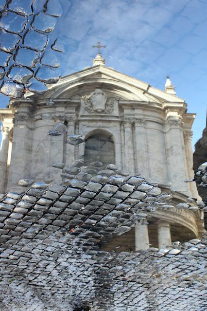 Chiesa riflessa in una pozzanghera-Roma
