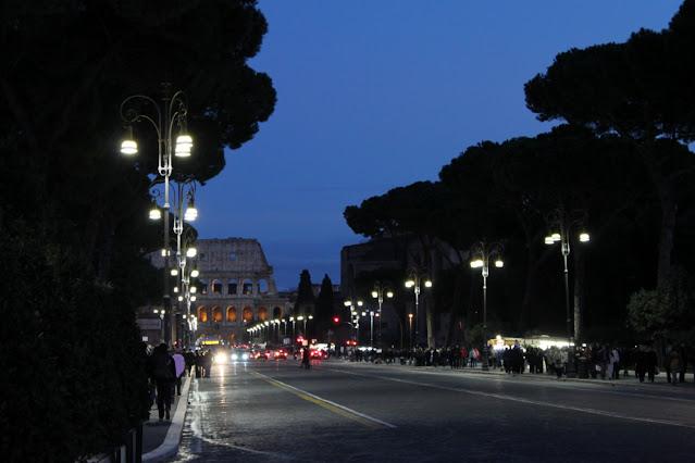 Via dei fori imperiali e Colosseo di notte-Roma