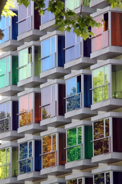 Palazzo con finestre colorate-Bilbao