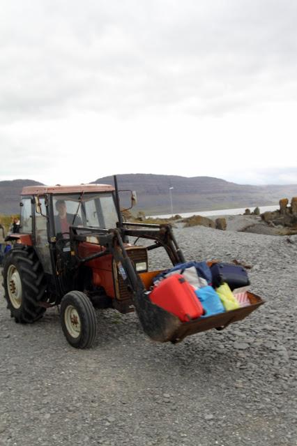 Trattore con le valigie sull'Isola di Vigur